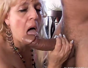 Mature BBW gives a of the first water blowjob